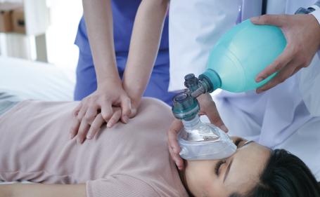 Conocimientos básicos en resucitación cardiopulmonar básica y desfibrilación automática para sanitarios y primeros intervinientes.
